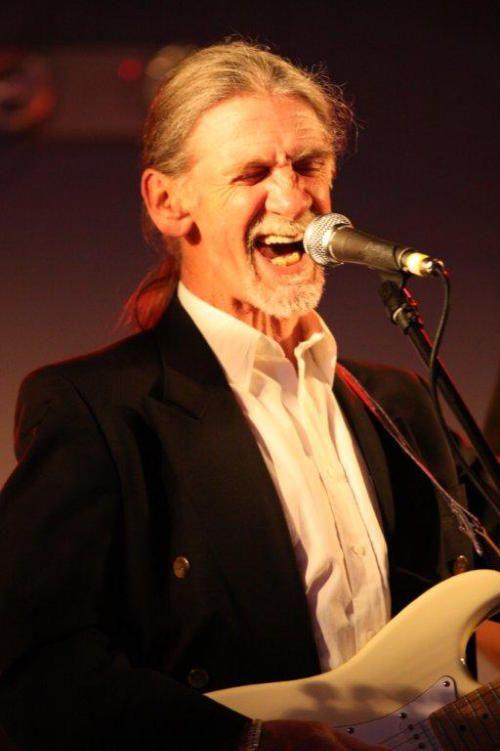 Alexander John Ligertwood Scottish–English singer, guitarist and drummer